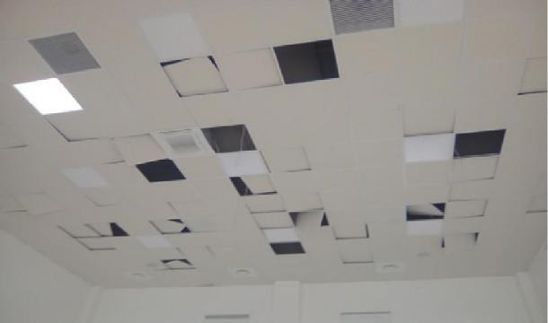 L'illuminazione principale sul tetto divelta e cavi strappati