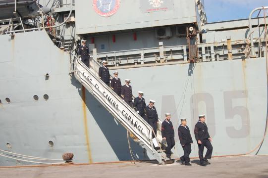 Arriada la bandera la tripulación desciende a tierra, el comandante es el último en hacerlo