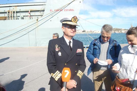 Concluida la despedida el almirante atiende a los medios de comunicación