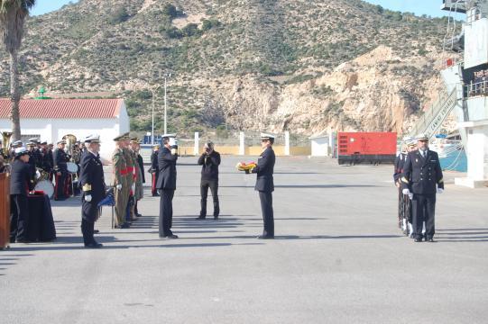 El último comandante del navío entrega la bandera al almirante en jefe