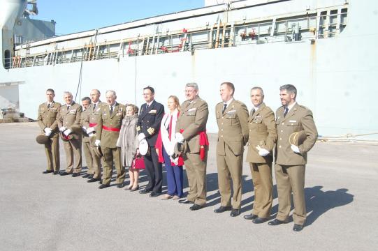 Foto de autoridades del ET y la Armada, manejado por la Armada el Camino Español era un buque del Ejército
