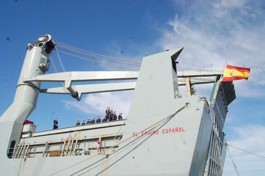 La tripulación de 'El Camino Español' forma frente a la bandera antes del último arriado.