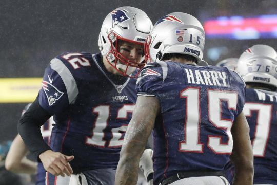 Tom Brady sigue haciendo milagros con poco talento en ofensiva. www.apnews.com