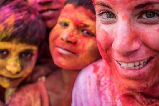 Elisa durante l'Holi Festival in India