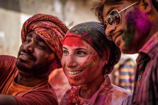 Elisa durante l'Holi Festival indiano