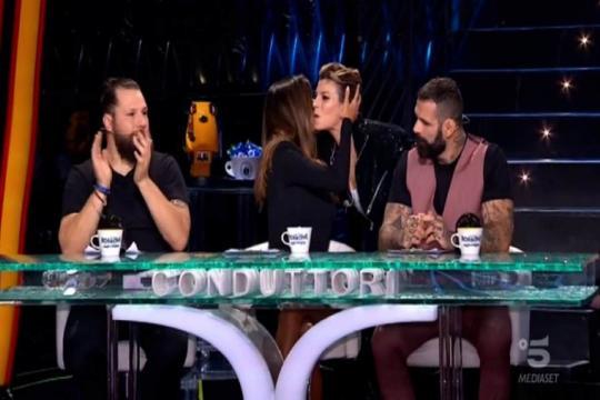 Emma Marrone va a baciare Belen dopo l'esibizione su Canale 5.