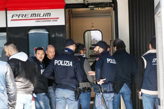 Bologna, due persone accoltellate in treno: gravi. Preso l ... - corriere.it