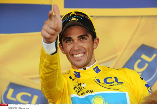 Alberto Contador con el maillot amarillo