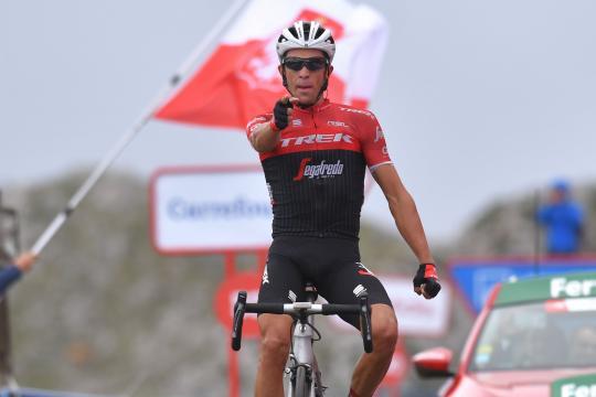Alberto Contador en plena carrra sin las manos al volante de la bici