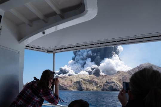 Cinco muertos y casi 20 heridos en la erupción de un volcán en Nueva Zelanda