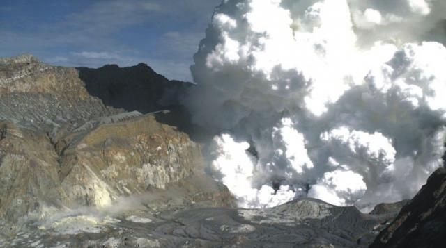 El Volcán Isla Blanca de Nueva Zelanda entró en erupción a primera hora de la tarde del lunes 9 de Diciembre, dejando al menos cinco muertos.