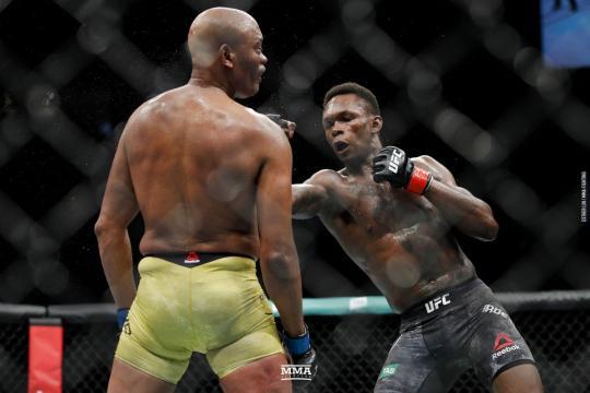 Adesanya derrotó a la leyenda Anderson Silva por DU. www.mmafighting.com