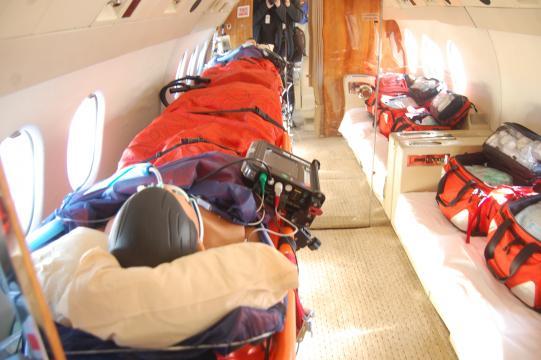 Aspecto interior de un Falcon medicalizado con un maniqui de atrezzo en el papel de paciente
