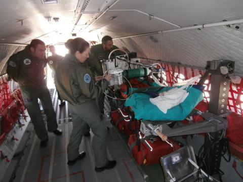 El personal de la UMAER prepara un avión para una misión de evacuación
