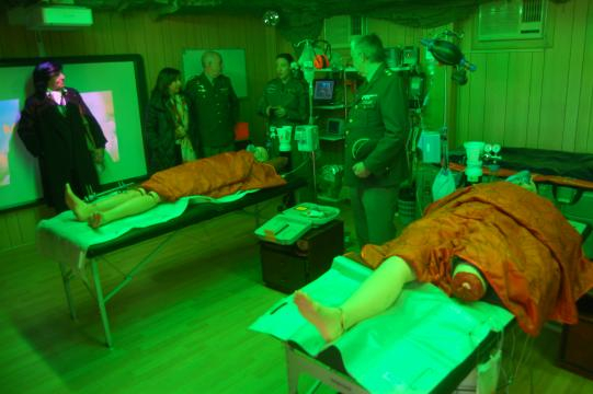 Explicaciones en el hospital de campaña usado para instrucción se recrean condiciones bélicas de gran estrés