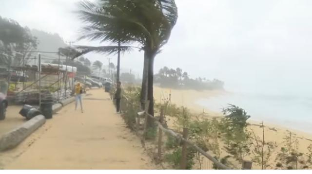 Winter storm makes dangerous waves in Hawaii. [Image source/CBS News YouTube video]
