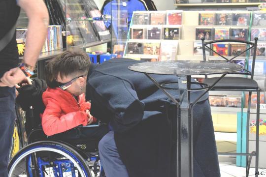 Briga con una fan a Varese Dischi durante il firmacopie: i momenti toccanti con alcuni di loro sono stati molti. Ph. Marta Colombo