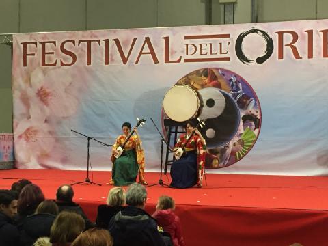 Duo giapponese Kiki, formato da Kanami Takeda e Hikari Shirafuji, suonatrici di shamisen.