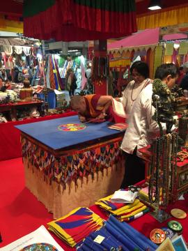 Monaco tibetano intento nella realizzazione del mandala.
