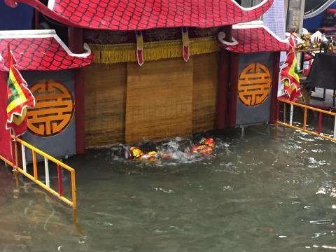 Teatro vietnamita, spettacolo di marionette sull'acqua.