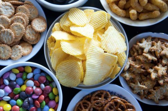Ungesunde Ernährung auf Kosten der eigenen Gesundheit und der Gesellschaft in Milliardenhöhe. (Quelle: ernaehrungs-umschau.de)