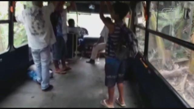 Ônibus sem bancos transportam passageiros em Miracatu. Fonte: G1