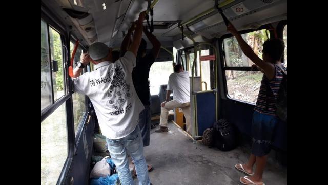 Passageiros viajam em pé ou sentados em ônibus. (Foto: Reprodução/ Youtube)