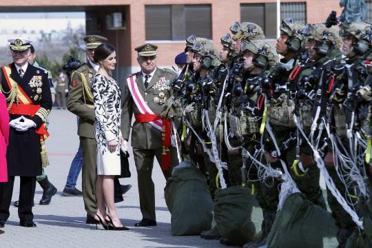 La Reina conoce a los paracaidistas que han realizado los saltos que han cerrado el acto