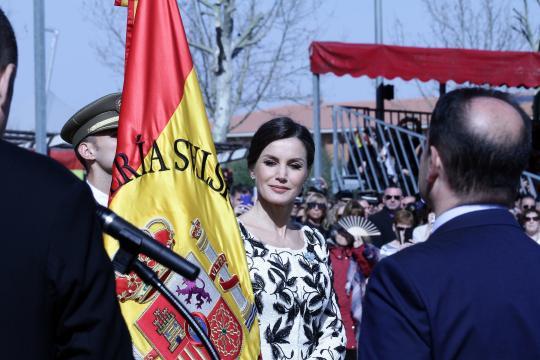 La Reina Letizia entrega la bandera al Rgto.