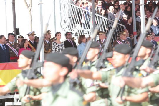 La Reina y demás autoridades presencian el desfile de los