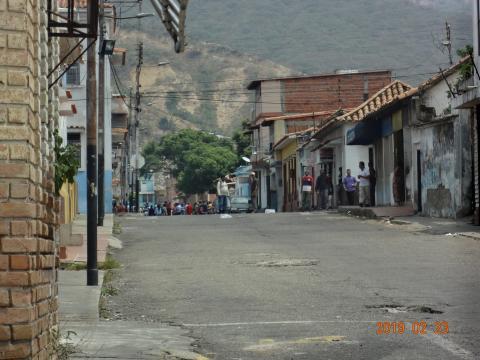 Colectivos toman las calles de San Antonio Venezuela para impedir el paso de los manifestante para que entre la ayuda humanitaria