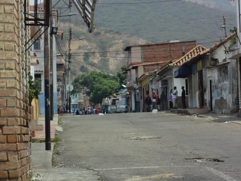Colectivos toman las calles para amedrentar al pueblo de San Antonio Venezuela