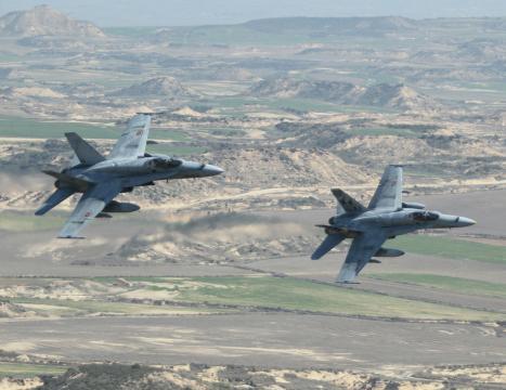 F-18 en una pasada de ataque. Pese a los problemas el nivel operativo es de primera