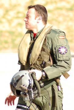 Piloto de caza camino de su avión. Las mejores condiciones de las lineas aéreas hace que muchos pasen a la vida civil