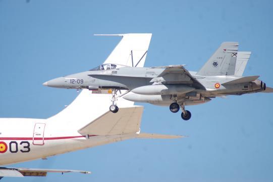 Un F-18 en misión de escolta de un transporte