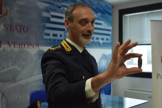 Il dottor Roberto Di Benedetto della Questura di Verona mostra l'ovulo trovato