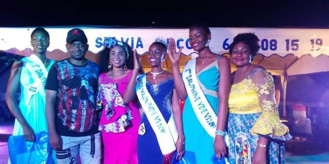 Le Maire de la Commune d'Arrondissement de Yaoundé 6 Mr Yoki Onana, l'artiste Lady Ponce, et les Miss de la foire FEMY 6 (c) Simone Virginie Nga