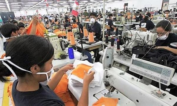 Trabajadores de clase media en una fabrica de costura