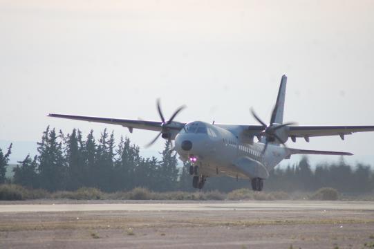 El aeropuerto ocupado será suministrado y reforzado desde el aire con aviones C-295 y A-400 de transporte
