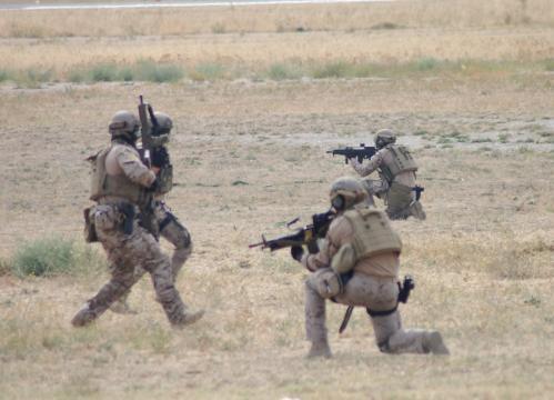 La toma del aeropuerto enemigo se preve dura y se practican los combates terrestres