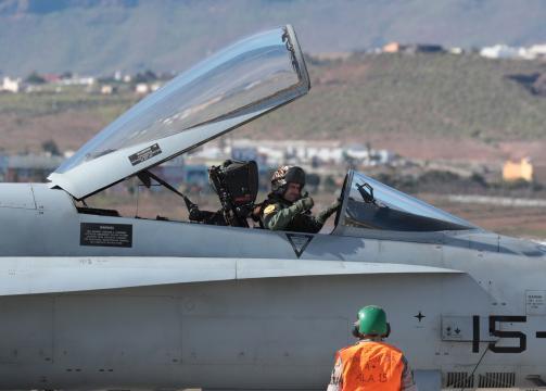 Un piloto de F-18 da el OK antes de despegar