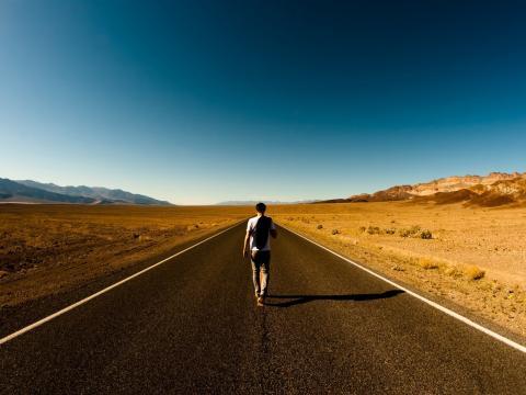 Homem na estrada - Sensor magnético humano ... - 10wallpaper.com - Banco de imagens BN