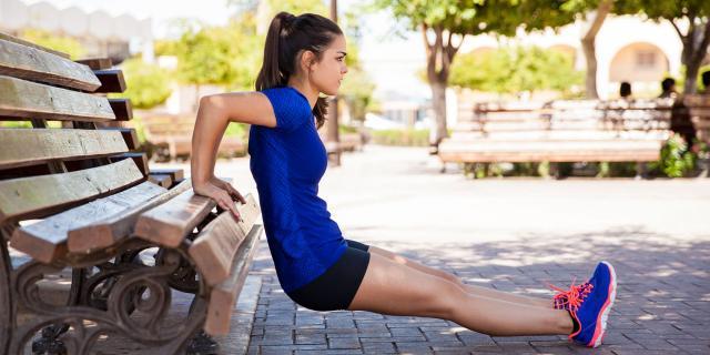 Bench workout: gli esercizi sulla panchina preferiti dalle guru del fitness (Cosmopolitan)