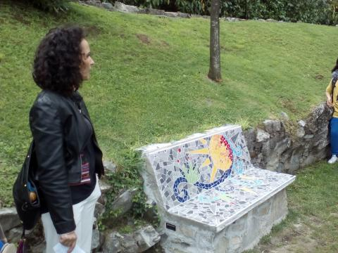 Panchina Sole e l'artista Tiziana Tettamanti (www.parcomosaici.com)