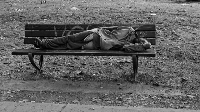 Senza dimora dorme su una panchina (Blogosocial)