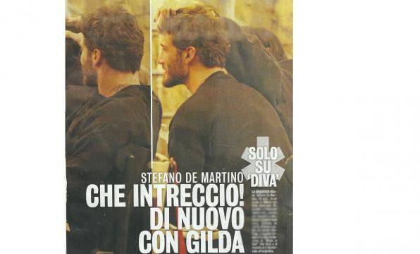 Stefano De Martino e Gilda Ambriso si accarezzano reciprocamente i capelli a cena.