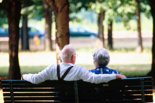Una coppia di anziani riposa su una panchina (Armitage.pro)
