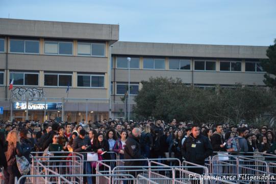 Dalle 19.00, fan in coda per l'ingresso al Palaflorio
