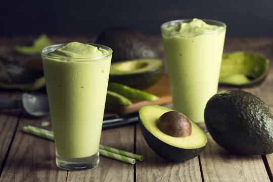 I frullati sono un modo fresco e salutare per assorbire al meglio tutti i benefici dell'avocado.