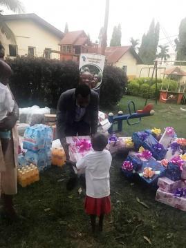 Durant les dons aux enfants (c) Igor Biwole
